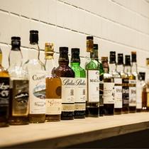 150種類以上のウイスキーに加え、季節のオススメ商品や、簡単なおつまみもご用意しております。
