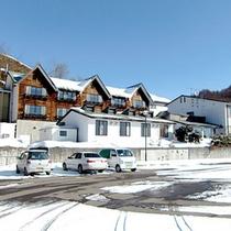 *【外観】美しく雪化粧をした当館