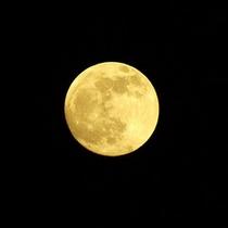 *【周辺風景】空を見上げれば、きれいな空気に浮かぶ月が。