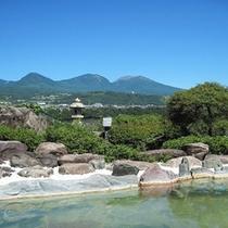 *【露天風呂(夏)】露天風呂は浅間山や小諸の街が一望できる開放感たっぷりの岩風呂です。