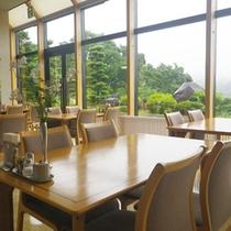 *【レストラン】爽やかな朝の空気の中、風景を眺めながら、お食事をお楽しみください。