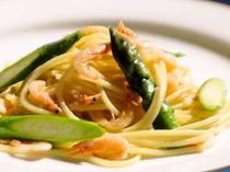 夕食の一例(駿河湾産桜エビと季節野菜のパスタ)