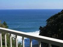 2. ツインルームのバルコニー(幅約80センチメートル)からの眺望
