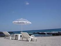 夏季にはパラソルやビーチベットの無料レンタル