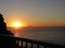 バルコニーより朝日を眺める