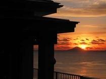 エントランスより朝日を望む(冬季)
