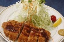 大人気の峯松ソースをかけて食べるトンカツ!