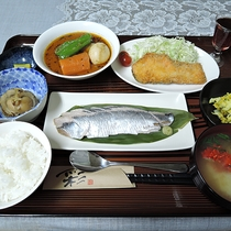 *【夕食一例】北海道グルメが楽しめる夕食は季節に応じてさまざまなメニューをご用意しております。
