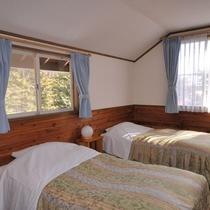 *3~5名用IまたIIタイプ_ベッドルーム/大きな窓からは四季折々の景色が望めます。