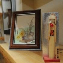 水仙の押花と竹人形