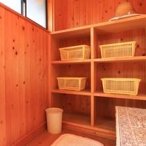 屋上にある露天風呂は、四季折々の月夜を眺めながらゆっくりするのに最適です