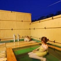 屋上にある露天風呂は、四季折々の月夜を眺めながらゆっくりできます。