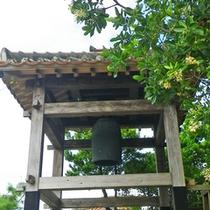 **【平和の鐘】平和を願って作られた鐘。大晦日には除夜の鐘として島内に年の瀬を知らせます。