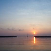 *【朝陽】夕陽は西桟橋、朝陽を見るなら港へ。朝夕の美しい光景は、竹富島に泊まらないと味わえません。