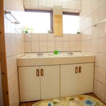 *【本館:洗面スペース】洗顔や歯磨きなどはこちらでどうぞ。左右には男女のお手洗いがあります。