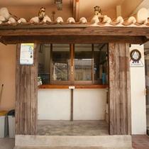 *【本館:受付】正面が受付、右の扉が本館の玄関となります。