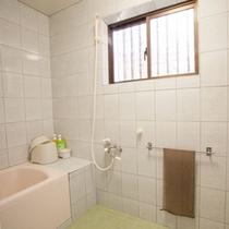 *【別館1F:和洋室<お風呂>】家族・グループ向けのため、洗い場スペースが広く造られています。