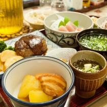*【夕食一例】パパイヤの煮物、もずく、石垣牛ハンバーグなど。おじい・おばあの手作りでボリューム満点!