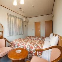 *【別館2F:洋室】ベッドでくつろぎたい方はコチラ♪バストイレ・冷房・冷蔵庫を完備しております。