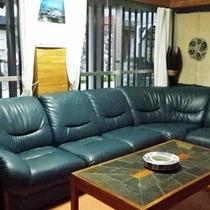 *【ゆんたくスペース】館内のソファのほか、食堂横の団欒スペースにも人が集まります。