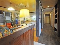 【フロント】ダイニング&キッチンへ繋がる明るい雰囲気の入口です。