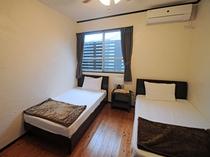 【ツイン】アイボリーとブラウンを基調にしたシンプルなお部屋です。