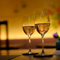 利き酒師が料理に合わせたお酒を選んでくれます。お気軽に声をかけてください(写真はイメージです)