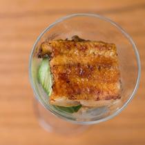 *お夕食一例/四万温泉で蒸し上げた鰻をグラスに。見た目の涼やかさも◎な一品。