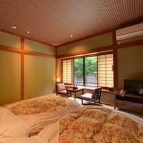 *新館和室(藍)/新たにオープンした川沿いのお部屋。窓から望む自然豊かな景観をお愉しみ下さい。