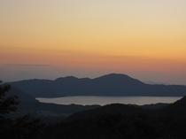 夕暮れの田沢湖
