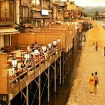 鴨川 納涼床 夏を楽しむ 京都の夏の風物詩