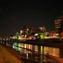 冬の京都・鴨川の風景。当館より徒歩で約3分。