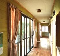 庭に面した明るい廊下に客室が並びます