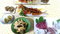 ある日の夕食(サヨリのフライ、西表産タケノコ、モズクの天ぷら、カーナの和え物、刺身)