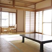 *客室一例/古いながらも味のある、純和風のお部屋でおくつろぎください。