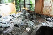 疲れを癒す天然温泉の岩風呂