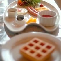 焼き立てワッフルが人気の朝食