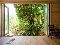 【廊下】大きな窓を開け南国の風を感じてください