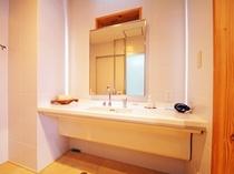 【洗面台】車椅子でのご利用にも便利な広い洗面台