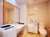 【バス・トイレ】大きな鏡の洗面台、洗濯機もゆったりご利用可能