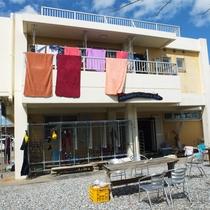 *外観/1階にはダイビングショップ、2階に客室がございます。