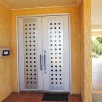 *玄関/玄関で靴を脱ぐスタイルなので、館内はゆっくりとくつろげます。