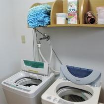 *ランドリー/男女別の洗濯機が3台ずつ。1回100円・洗濯石鹸はご自由に。