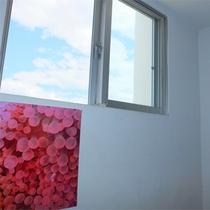 *施設一例/白壁が爽やかな雰囲気の館内。窓の外には大きな青い空が広がっています!