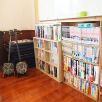 *図書コーナー/約1,000冊の本やマンガが読み放題!三線もあります♪