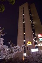 JR西口をでて右手、このビルの中の18Fが受付です