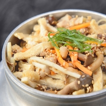 *【夕食一例】ふくせんか名物「釜飯」 具は季節によって変わります。