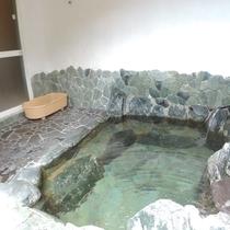 *天然温泉・半露天風呂/わんこはペットバスにて一緒に入浴できます♪