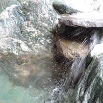 *天然温泉・半露天風呂/歴史ある浮山温泉のお湯は、サラサラとしていてお肌がつるつるになると評判!