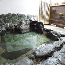 *天然温泉・半露天風呂/星空を見上げながら湯舟に浸かれる解放感のあるお風呂。